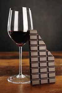 Histaminhaltige Lebensmittel wie Rotwein und Schokolade sollten Menschen mit Histaminintoleranz meiden!