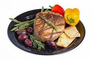 Eine Ketose kann durch kohlehydratarme Ernährung wie bei der Atkins-Diät entstehen.