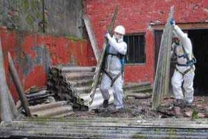 Asbest-Sanierungsarbeiten sind für den Gesundheitsschutz unvermeidlich.