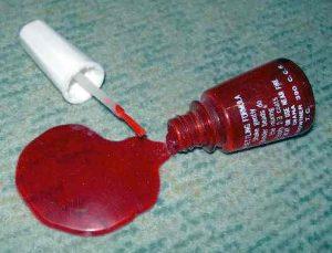 Formaldehyd ist in Flüssigkeiten wie Nagellack und Reinigungsmitteln enthalten.