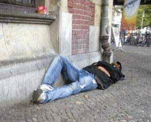 Die Folgen der Alkoholabhängigkeit sind nicht selten der Verlust von Arbeit, Wohnung und sozialen Kontakten.