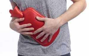 Wärme und Entspannung, z. B. mit einer Wärmflasche, lindern die Schmerzen bei einem Magengeschwür.