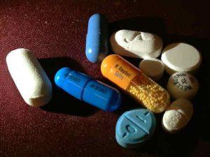Serotoninmangel kann durch Drogen- oder Medikamentenmissbrauch entstehen.