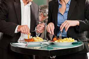 Keine Zeit für gesundes Essen, Stress und Bewegungsmangel zählen zu den Risikofaktoren für Vitalstoffmangel.