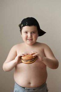 Falsche Ernährung führt zu Übergewicht und Vitaminmangel bei Kindern.