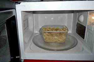 Beim Erwärmen von Essen in Plastikgeschirr kann Bisphenol in die Nahrung gelangen.