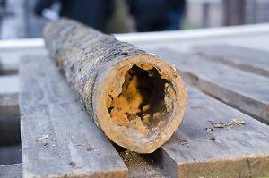 Durch Korrosion gelangt das Schwermetall Eisen aus Wasserrohren ins Trinkwasser.