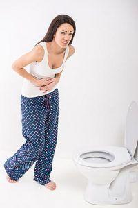Häufige Symptome von Darmparasiten sind Bauchschmerzen und Durchfälle.